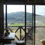 るびーな - 大窓があり、景色が見えます。