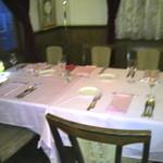 シェフ・ド・フランス - 店内(携帯で撮影)お客さんが居ないテーブルをパシャ