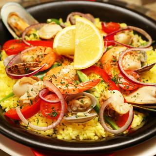 スペイン料理と言えばコレ!魚介のパエリアは海の幸たっぷり♪