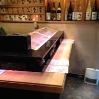 にぎにぎ一 - ネタケースの魚や職人の仕事を目の前に。立ち食いで江戸時代の屋台寿司の雰囲気を楽しもう
