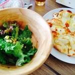 garden kuu CAFÉ - ランチのサラダと4種のチーズピザ