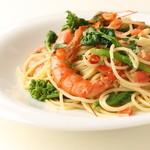 トゥ・ザ・ハーブズ - 海老と春野菜のフレッシュトマトスパゲッティ★   赤唐辛子、にんにく、アンチョビをオリーブオイルに加えて炒め、アルゼンチンアカエビ、 フレッシュトマト、菜の花を加え、あっさり仕上たスパゲッティです。  ※フレッシュ菜の花は、収穫が終了次第、他の食材に変更予定です。 1,250円