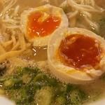 魁龍 - 濃厚な豚骨スープに半熟煮たまごが美味しい
