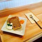 いとカフェ - シフォンケーキです。付け合わせのジャムは柿のジャムです。(手作りの為季節によって変わります。)