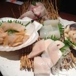 25274323 - 【お刺身盛り合わせ】活ホタテ刺しの玉子はこの時期しか食べられないようで、甘く濃厚な味が◎!!絶品珍味ですね。