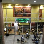スターバックス・コーヒー - ガラス張りの店内は明るい。