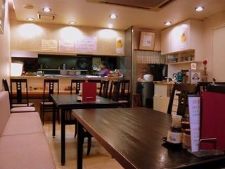 芙蓉園 - 店内の風景です。入口近くのテーブル席から奥を撮っています。