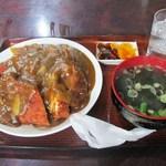 丸勝食堂 - 料理写真:カツカレー このデカさ・・・