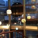 クルミドコーヒー - ガラス張りの店内