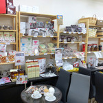 豆工房コーヒーロースト - 内観写真:色々なコーヒーグッズもそろっています