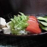 ゆるり家 - ボリューム満点のゆるり家特製サラダ。ヘルシーに満足してください。