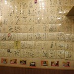 てっ平 - 壁にはずらりとポスターがあります。
