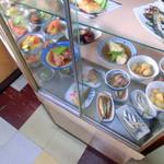 ことぶき食堂 - 店内のガラスケース