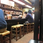 赤兵衛 - お店はカウンターとテーブル席といったこれぞ焼鳥屋といった雰囲気、店員さんもハキハキしてとっても気持ち良いです。
