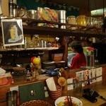 カレーちゃん家 - 24時まで営業、お酒類もあり、女性店主さん一人で切り盛りされています。