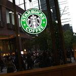 スターバックス・コーヒー - 窓が大きく心地よい