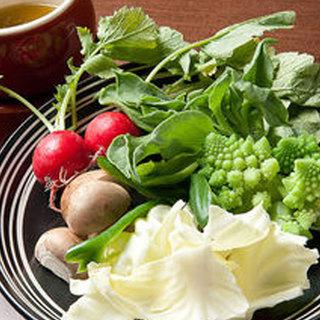 道産野菜を使ったスープ、サラダ、惣菜食べ放題付きのランチ開始