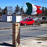 25344526 - 森林公園に向う国道47号線から脇道に入った所、イタリア国旗がはためく「エノテカ バッカナーレ」