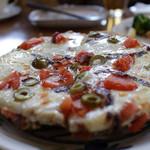山の食堂Hana - アンチョビとトマトとオリーブのピザ