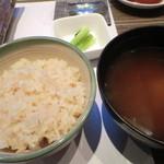 シェーヌ - 食事:ガーリックライスと赤出汁
