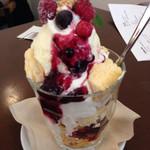 カフェ フラット - ベリーベリーチーズケーキパフェ