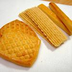 Amanza - クッキー(左からサブレー、チーズ、ストロップ)