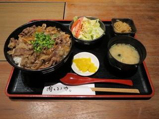 肉 いせや - 牛丼 750円 ランチメニュー。