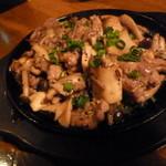 和食個室×とろろしゃぶしゃぶ にっぽん市 - 天草大王のメニューから、「せせり鉄板ガーリック焼 (680円)」