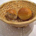 ビストロ・ア・ヴァン・ラ・パタータ - 熱々で出てきます 自家製おいしいパン