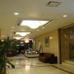 埼玉グランドホテル本庄 ラウンジ - 2008.9.17 撮影 フロント方面よりお店入り口を見る。