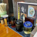 龍喜 - 卓上に常備された調味料類