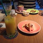 カフェ テーブルテラス - ランチのデザートとジュースです!