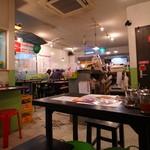 パクチー丸太町 - 店の雰囲気は各店似て(u_u)オリマスガ
