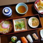 かに徳 - 最安値の松花堂ランチ(¥880)内容は濃いと思います。