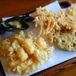 天ぷら 佐久間 - ランチ三回目提供の天麩羅(海苔で巻いた自然薯、御膳人参、レンコン、海老のかき揚げ)。