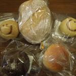 あこべる - あこべるセット500円。左上からべるちゃん、グラハムロース、あくちゃん、しあわせのチョコクリームパン、粒あんぱん。