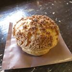 25388554 - 塩麹のシュークリーム、皮はクッキー生地も入っており、サクサク美味しい!