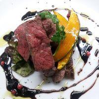 七 - 牛ランプのステーキ わさび風味のバルサミコソースで。