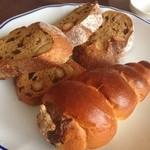 ブレッド・アート・ロード - ナッツのパンとチョココルネ。