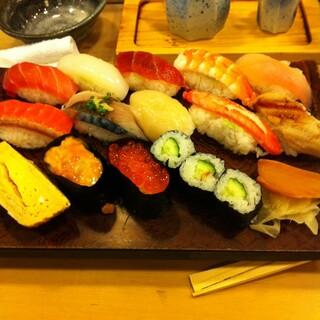 東鮨 新店 - 大宮駅東口の東鮨新店で昼食。にぎり14貫を食した。