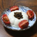 ジビエ料理アンザイ - 豆腐、自家製蕗味噌と猪のそぼろを合わせて、フルーツトマト