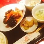 SAN - 豚肉とキクラゲと卵の炒め物♪ご飯、ザーサイ、卵スープ、杏仁豆腐がついて700円☻クーポンでドリンクも付きました♡早い、うまい、安いでした〜♪