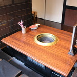Takeshoku - テーブルの間には簾で仕切れますので、お隣を気にせずお食事いただけますよ。