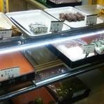 甲州屋 - 団子は80円程、海苔巻きと稲荷は50円、餅類は90~120円辺りが中心価格帯。