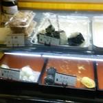 甲州屋 - オニギリ90円や、赤飯パック300円も販売している。