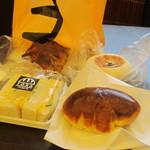 25408409 - 時計回りに、野沢菜おやきパンクリームパン、卵サンドイッチ、くるみのパン