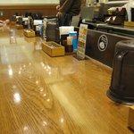 MADE IN JAPAN かにチャーハンの店 - L字型カウンターで回転率はいいです。