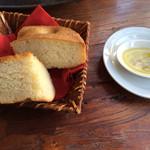 トラットリア スペランツァ エッセ - ランチの自家製パン。普通のフォカッチャよりもまわりがクッキーみたいにサクサク。