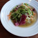 トラットリア スペランツァ エッセ - 野菜のスープ。上にサラダが載ってるのが面白い。