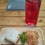 ブーズアンドフーズ - クランベリージュースとデザート
